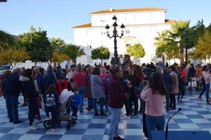Concentración en Hinojos (Huelva) ante la ausencia de pediatra desde el mes de junio