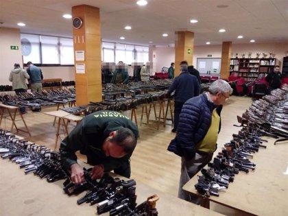 La Guardia Civil exhibe en A Coruña las armas que sacará a subasta el próximo lunes