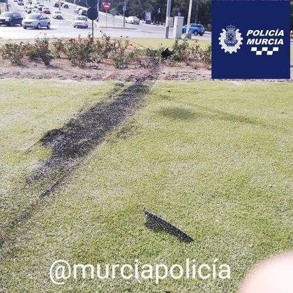 Detenido un conductor por ir bajo los efectos de drogas tras perder el control y cruzar una rotonda de Murcia