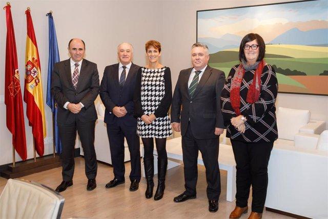 El consejero Ayerdi, Josu Sánchez, de Elkargi, la presidenta Chivite, Ernesto Kahle de Sonagar y Pilar Irigoien