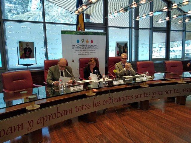 El cònsol major de Canillo, Josep Mandicó, la minsitra de Turisme, Verònica Canals, i el director de Turisme, Sergi Nadal, durant la presentació aquest dilluns a la sala del Consell de Comú de Canillo