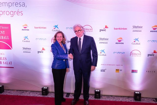 (I-D) La ministra d'Economia en funcions, Nadia Calviño; i el president de Foment del Treball Nacional, Josep Sánchez Llibre, posen a la seva arribada a l'entrega de les Medalles d'Honor i dels XII Premis Carles Ferrer Salat a l'Hotel Sofia de Barcelo