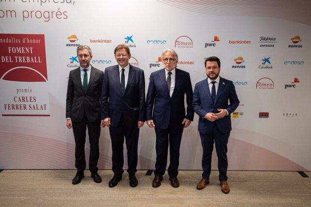 El president de València Ximo Puig (1i), el president de Foment del Treball Nacional, Josep Sánchez Llibre (2d) i el vicepresident de la Generalitat Pere Aragonés posen a la seva arribada a l'entrega de les Medalles d'Honor i dels XII Premis Carles Ferr