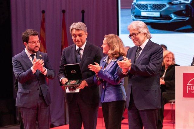 El vicepresident Pere Aragonès, el president de Seat,  Luca de Meo, la ministra Nadia Calviño i el president de Foment del Treball, Josep Sànchez Llibre