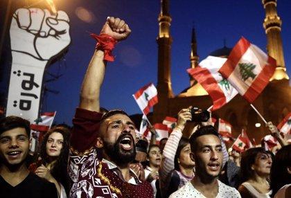 Líbano.- Cientos de manifestantes bloquean las carreteras que llevan al Parlamento de Beirut