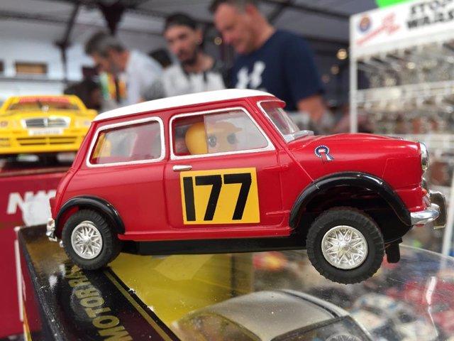 Imagen de uno de un coche de juguete.