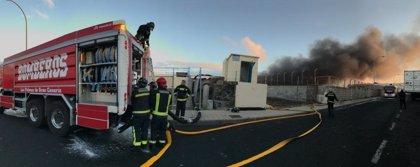 Los bomberos de Las Palmas de Gran Canaria trabajan en la extinción de un incendio en una chatarrería