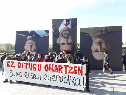 Unas 30 personas de la izquierda abertzale protesta en Pamplona por la presencia del Rey