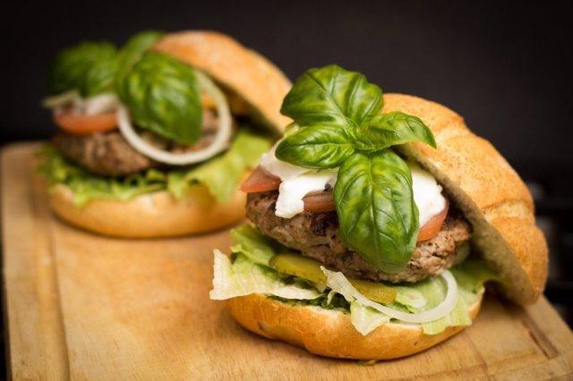 La visualización de imágenes de comida rica en grasas y azúcares provoca una mayor sensación de hambre