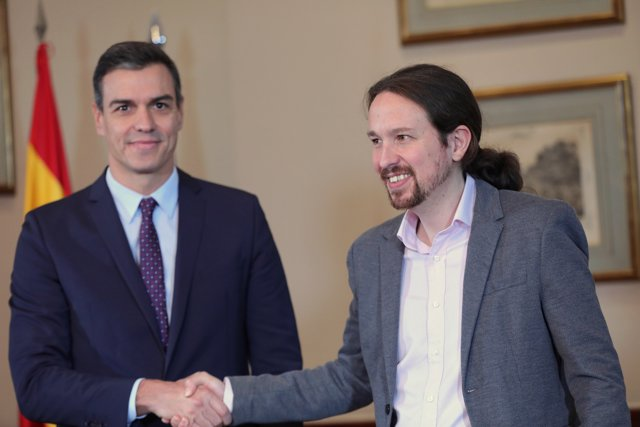 El presidente del Gobierno en funciones, Pedro Sánchez y el líder de Podemos, Pablo Iglesias, se estrechan la mano en el Congreso de los Diputados.