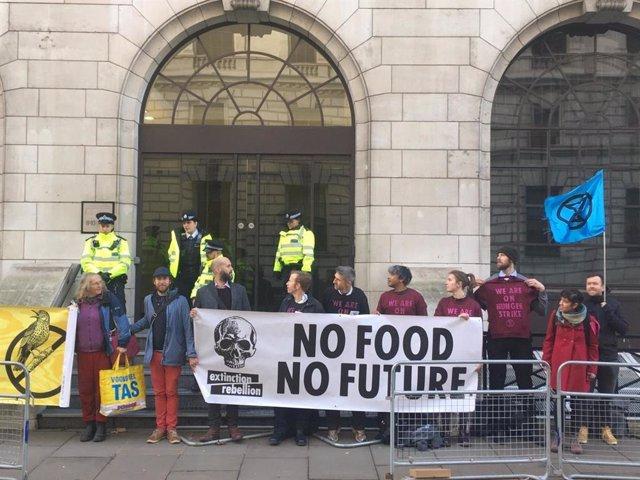 Más de 400 activistas de Extinction Rebellion de 27 países, en huelga de hambre