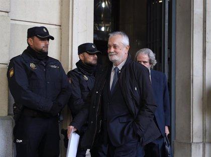 Los acusados de los ERE abandonan la sede de la Audiencia de Sevilla sin declaraciones