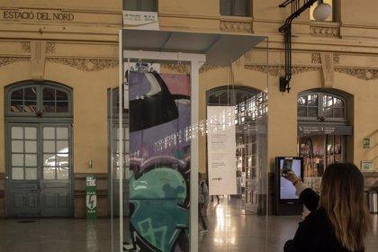 """Una puerta de Cercanías grafiteada, """"la obra más cara de ARCO"""", se expone en la Estació del Nord de València"""