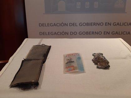El mar devuelve casi ocho años después la placa y el carnet de uno de los agentes de la 'tragedia del Orzán'