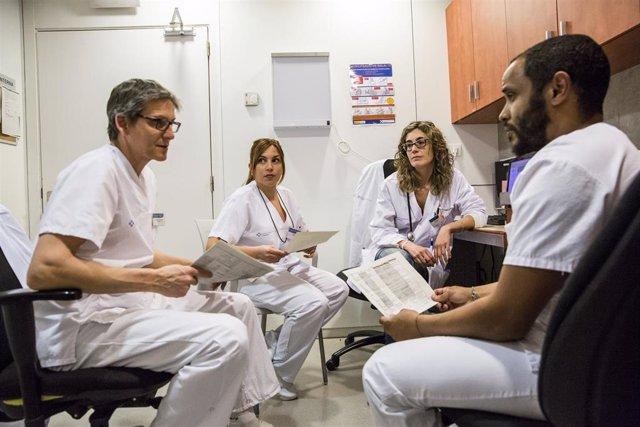 El equipo de profesionales del Hospital de Día del CIS Cotxeres trabajan juntos en la atención a las personas