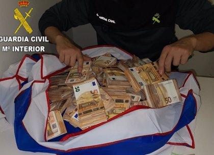 La Guardia Civil interviene un millón de euros ocultos en maletas de tres pasajeros en el aeropuerto de Valencia