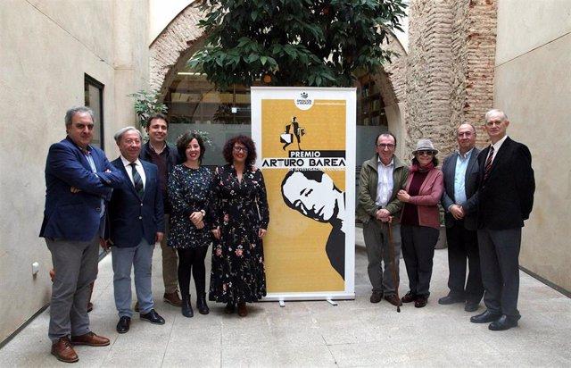 Foto de familia sobre el fallo del Premio Arturo Barea 2019
