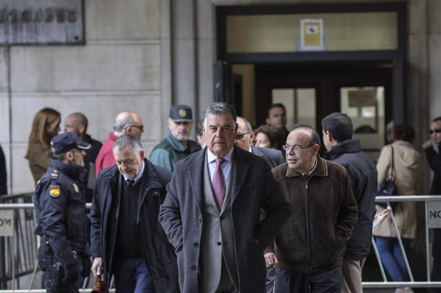 El ex-consejero de empleo de la Junta de Andalucía, José Antonio Viera (c), durante el año 2000 -2004, a su llegada al juicio del caso ERE en la Audiciencia Provincial. Sevilla, a 19 de noviembre del 2019.