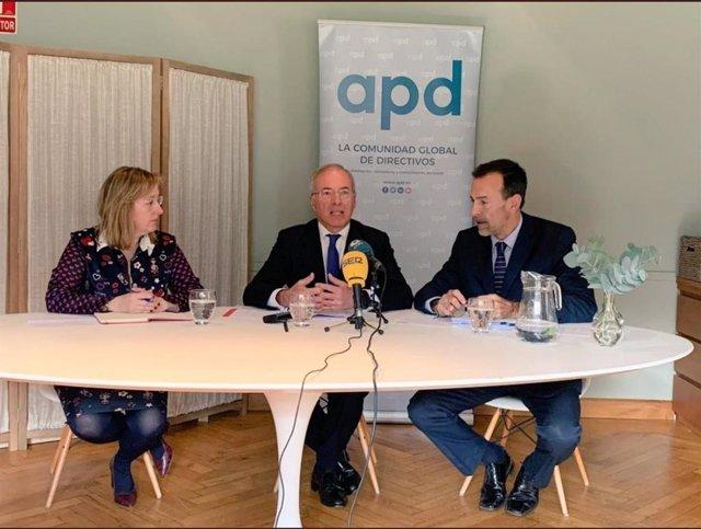 Mercedes García, directora de Innovación e Inspección Educativa del Gobierno de Cantabria; Miguel Antoñanzas, Presidente de APD en Cantabria; y Mikel Madariaga, director de la Zona Norte de APD, durante el acto