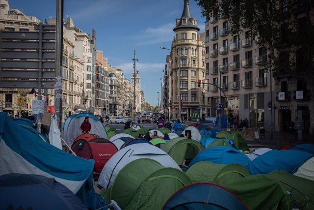 Tendes de campanya a la plaça de la Universitat de Barcelona, on uns 200 estudiants acampen en senyal de protesta contra la sentència del judici del procés, 8 de novembre del 2019 (ARXIU).