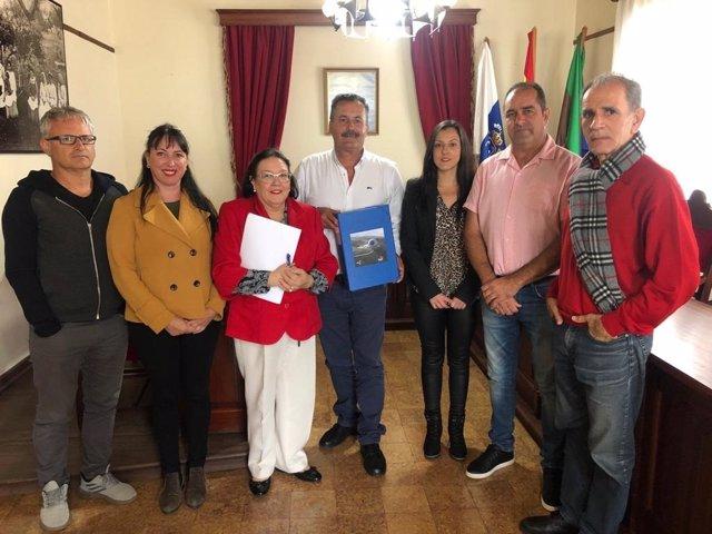 El alcalde de Puntagorda, Vicente Rodríguez, con técnicos municipales tras conceder la licencia de obra para instalar el TMT en La Palma