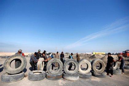 Manifestantes bloquean la entrada del puerto iraquí de Jor al Zubair, uno de los más importantes del país
