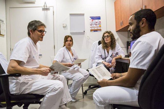 L'equip de professionals de l'Hospital de Dia del CIS Cotxeres treballen junts en l'atenció a les persones.