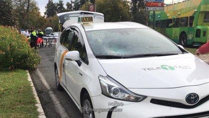 Hospitalizada en Sevila la conductora de un patinete tras un accidente contra un taxi