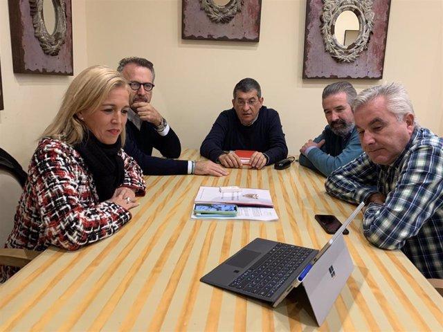 Eva Pajares reunida con un colectivo para la reconstrucción del fuerte de Santa Bárbara en La Línea
