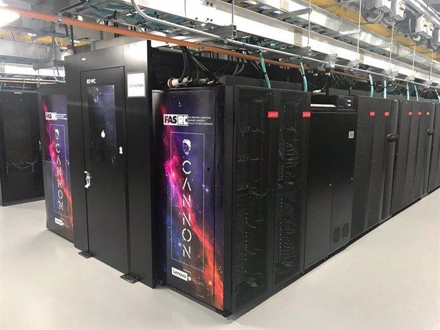 El superordenador con refrigeración líquida de la Universidad de Harvard creado por Intel y Lenovo.