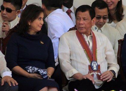 """Duterte llama """"cabeza de chorlito"""" a la vicepresidenta y le acusa de poner en peligro al país"""