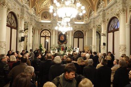 Málaga da su último adiós al pintor Eugenio Chicano