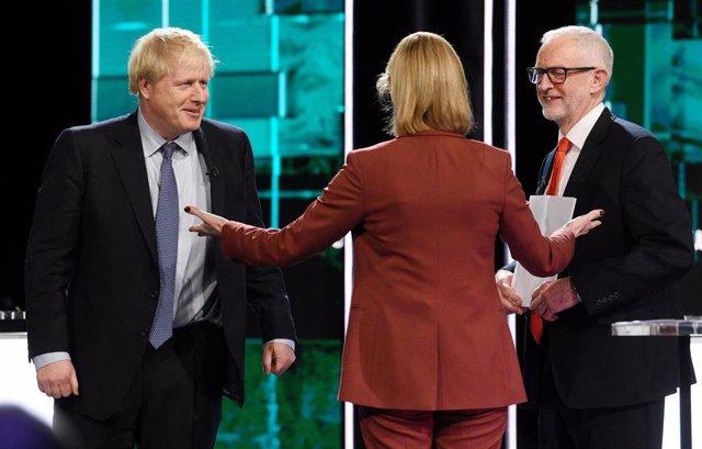 El primer ministro de Reino Unido, Boris Johnson (i), y el líder del Partido Laborista, Jeremy Corbyn (d), durante un debate televisado