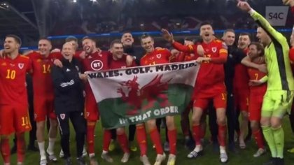 Bale celebra la Euro con una bandera con el mensaje 'Gales, golf, Madrid, en ese orden'