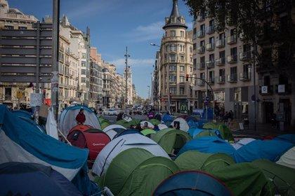Agentes de la Guàrdia Urbana desalojan a los acampados en plaza Universitat