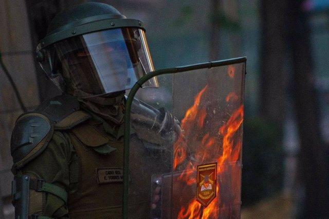 Un oficial durante las protestas de Chile.