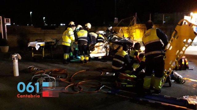 Equipos de emergencias atienden el accidente