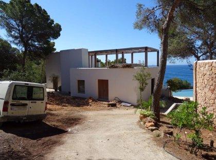 Multan con 82.000 euros a un particular por realizar obras en una zona de servidumbre de costas en Ibiza