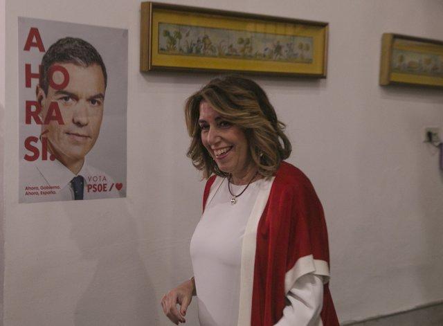 Susana Díaz, secretaria general del PSOE-A, ante un cartel de campaña con Pedro Sánchez, esta noche electoral