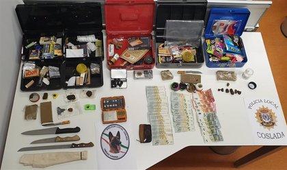 Requisados cuchillos y medio kilo de hachís en un local alquilado por jóvenes de Coslada