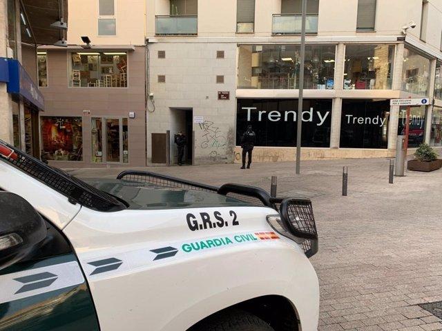 Agentes de la Guardia Civil realizan un registro en Lleida, en el marco de una operación antidrogra en las provincias de Barcelona, Lleida, Huesca y Baleares.