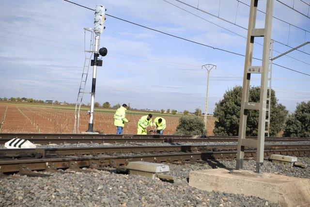 Operarios de Adif continúan retirando restos del accidente en el que han fallecido dos personas que viajaban en furgoneta tras ser arrolladas  por un tren, en Manzanares /Ciudad Real /Castilla La Mancha (España), a 20 de noviembre de 2019.