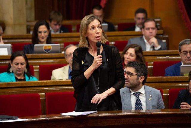 La consellera d'Empresa, Àngels Chacón, intervé des del seu escó en una sessió plenària al Parlament de Catalunya.