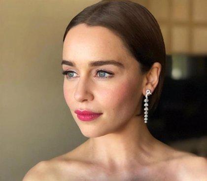 Emilia Clarke confiesa cómo fue coaccionada para realizar sus primeros desnudos en Juego de Tronos