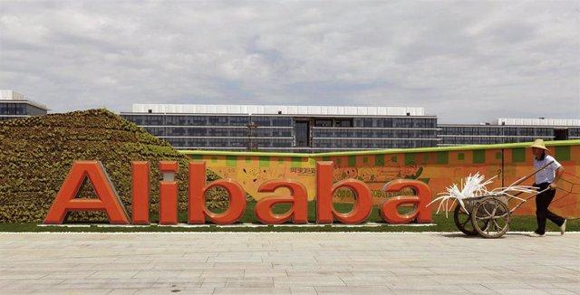Logo del grupo de internet Alibaba en su sede de Hangzou, China