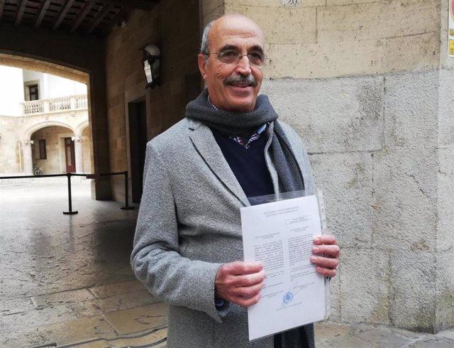 El diputado de Vox en el Congreso por Baleares, Antonio Salvá, muestra su credencial.
