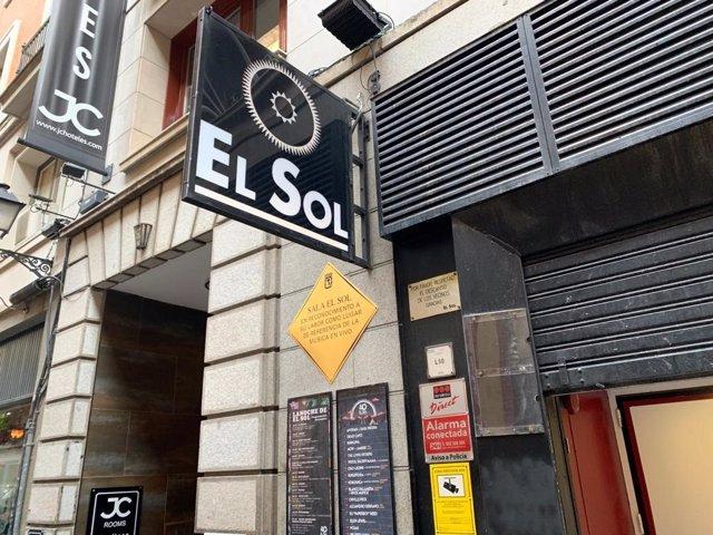Imagen de la placa conmemorativa en homenaje a la contribución musical de la sala madrileña El Sol.