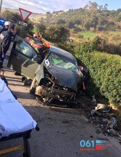 Herido tras colisionar su coche con un camión en Camargo