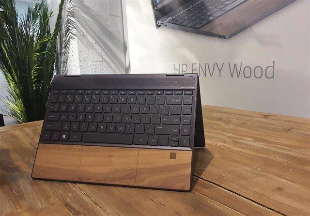 El ordenador HP Envy Wood, expuesto en su presentación en España.
