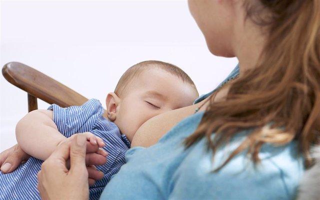 Madre da el pecho a su hijo